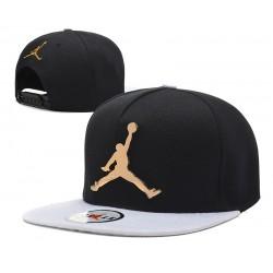 Gorra Jordan Negro con Pico Blanco y Logo en Metal Dorado