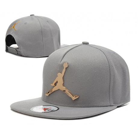 Gorra Jordan en Blanco y Logo en Metal Dorado