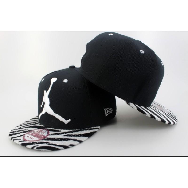 Gorra Jordan Negra En Pico De Cebra Blanco con Negro y Logo Blanco ... c7e18d612a2