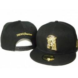 Gorra D9 Reserve Color Negro con Logo Frontal en Metal Dorado del Rostro de Jesus